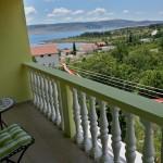 Aussicht von der Terrasse Apartment oben hinten rechts auf das Meer und Gebirge