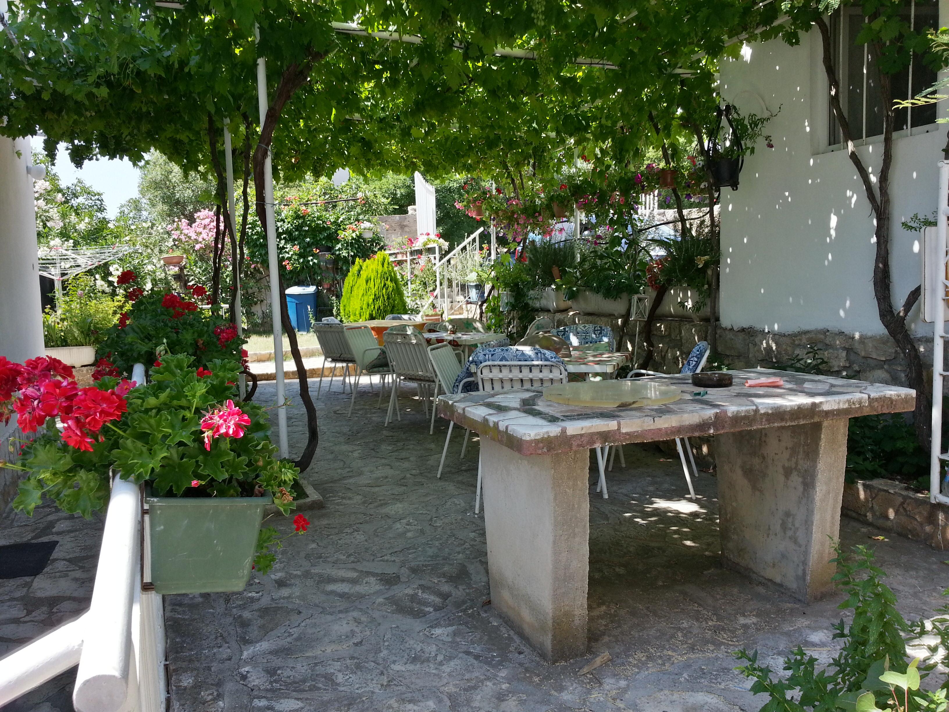 gemeinschaftsterrasse mit steingrill - zimmer in kroatien