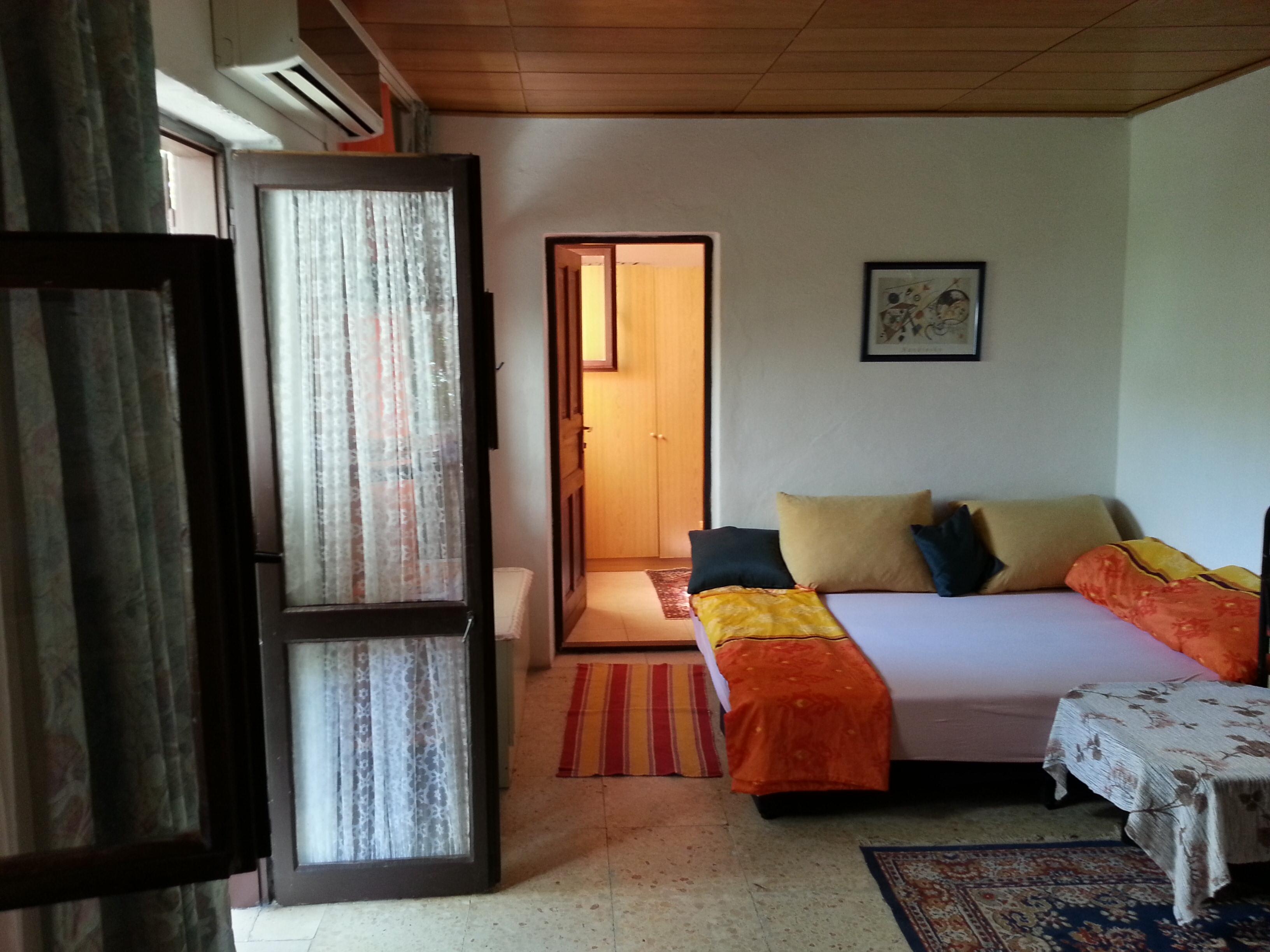 Wohnzimmer mit Schlafcouch und Hilfsbett